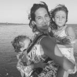 Cristina Saraldi con sus dos hijos